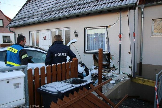 Pkw gegen Hauswand Neu-Ulm 30122019 9