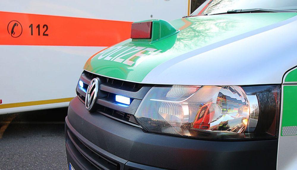 Polizeifahrzeug und Rettungswagen
