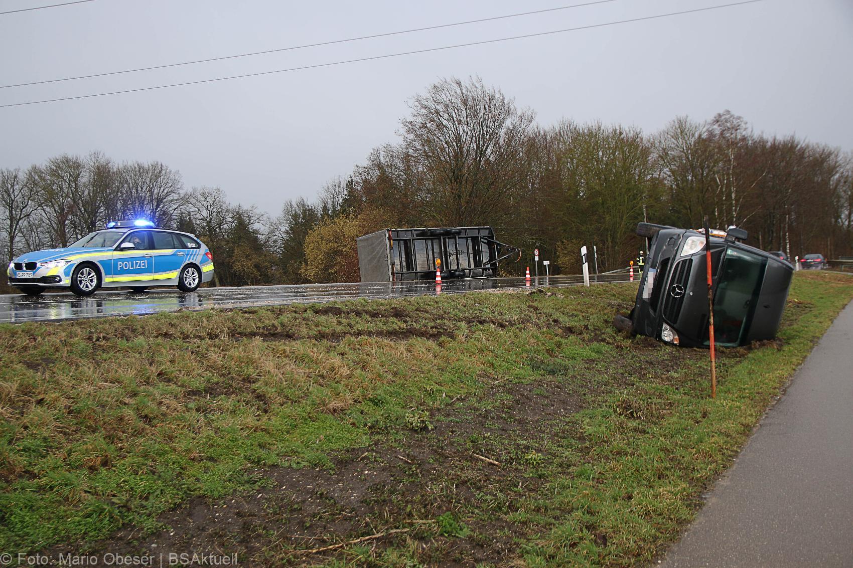 Transporter-Anhaenger-Gespann umgekippt 10022020 1