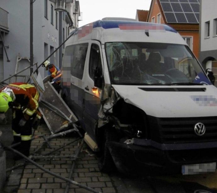 Unfall Kleinbus Geruest Burgau 1