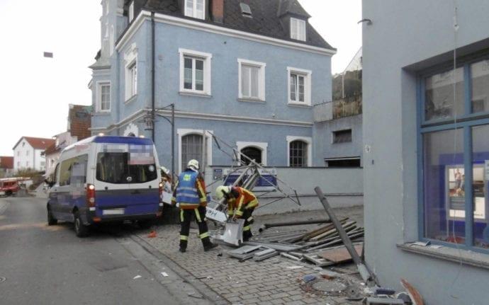 Unfall Kleinbus Geruest Burgau 2