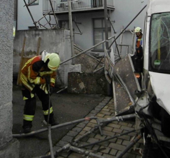 Unfall Kleinbus Geruest Burgau 4