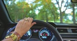 Frau Steuer Autofahrerin