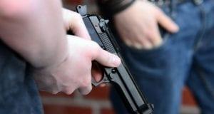 Pistole Waffe in der Hand