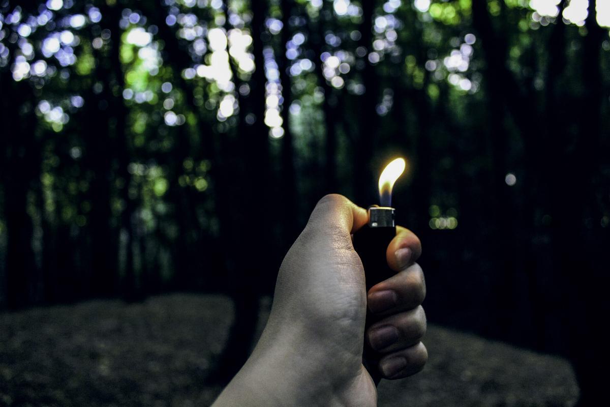 Feuerzeug in der Hand