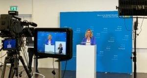 Verkehrsministerin Kerstin Schreyer informiert Mund-Nasen-Bedeckung OePNV