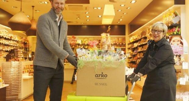 arko-GF Patrick G. Weber Filialleiterin Meyer mit einem der 300 Osterpakete