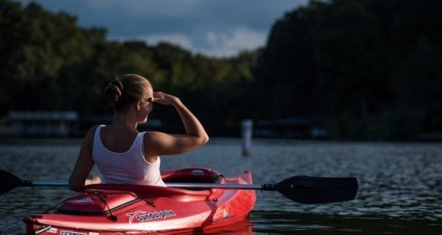 Frau im Kanu