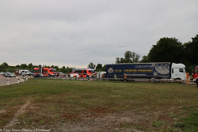 Unfall A8 AS Neusaess Kleintransporter auf Sattelzug 22052020 1