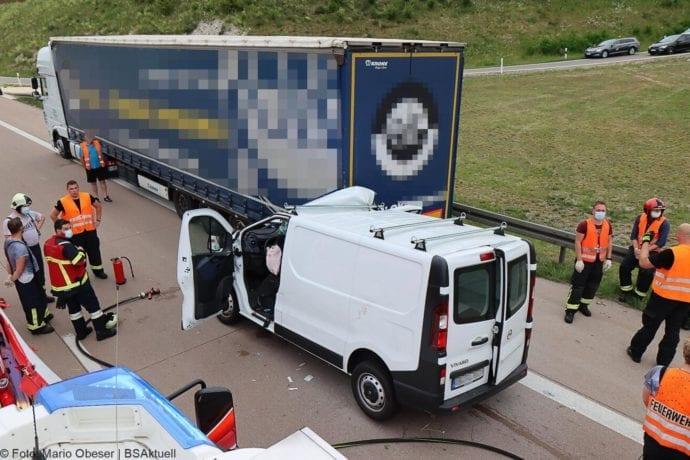 Unfall A8 AS Neusaess Kleintransporter auf Sattelzug 22052020 10