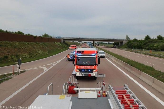 Unfall A8 AS Neusaess Kleintransporter auf Sattelzug 22052020 11