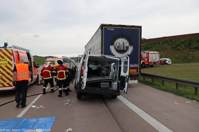 Unfall A8 AS Neusaess Kleintransporter auf Sattelzug 22052020 12