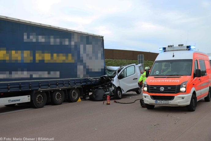 Unfall A8 AS Neusaess Kleintransporter auf Sattelzug 22052020 14