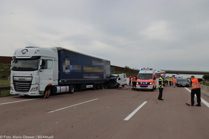 Unfall A8 AS Neusaess Kleintransporter auf Sattelzug 22052020 15