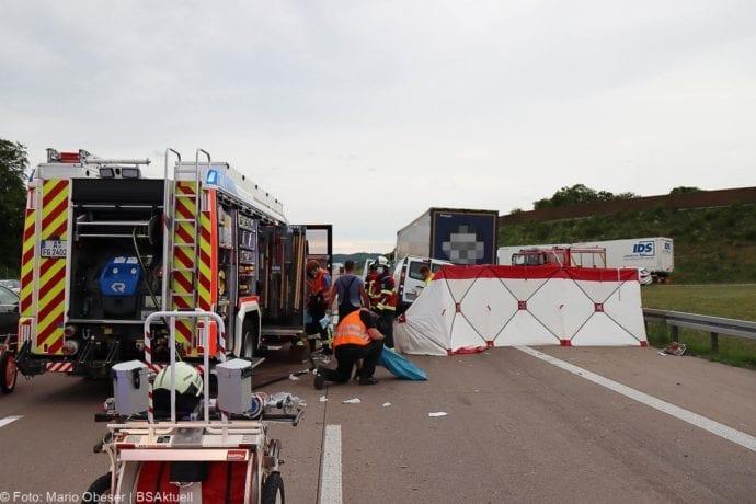 Unfall A8 AS Neusaess Kleintransporter auf Sattelzug 22052020 16