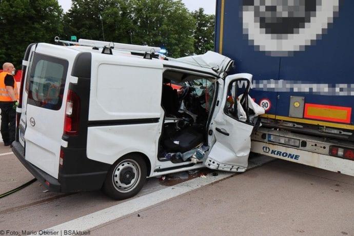 Unfall A8 AS Neusaess Kleintransporter auf Sattelzug 22052020 19