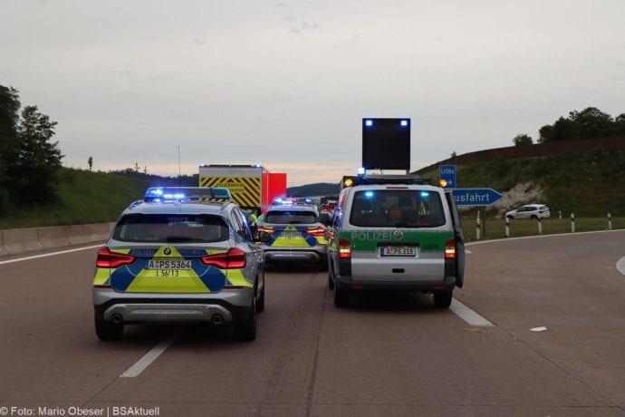 Unfall A8 AS Neusaess Kleintransporter auf Sattelzug 22052020 2