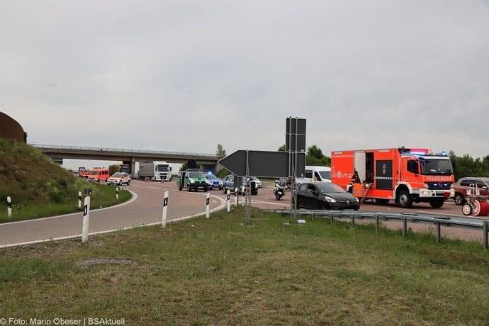 Unfall A8 AS Neusaess Kleintransporter auf Sattelzug 22052020 20