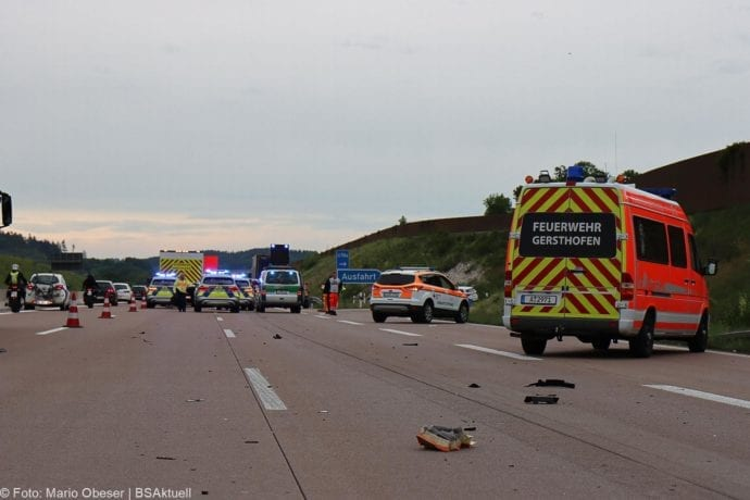 Unfall A8 AS Neusaess Kleintransporter auf Sattelzug 22052020 4