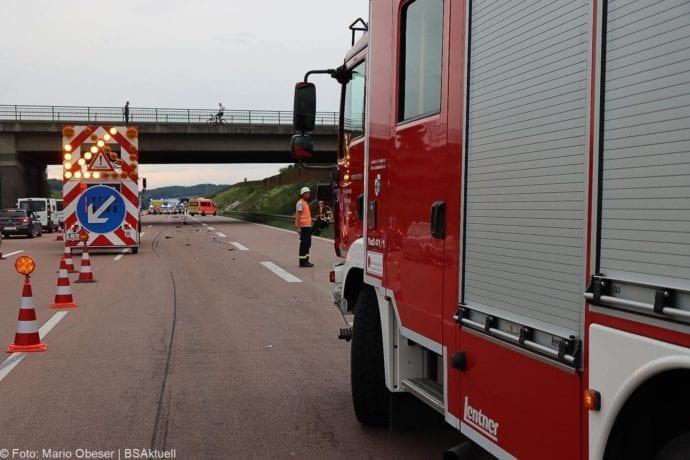 Unfall A8 AS Neusaess Kleintransporter auf Sattelzug 22052020 7
