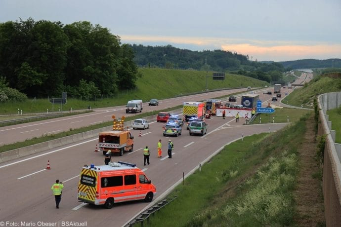 Unfall A8 AS Neusaess Kleintransporter auf Sattelzug 22052020 8