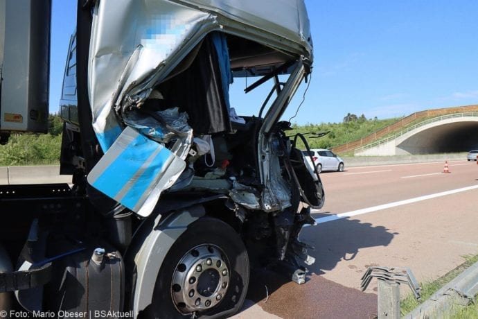 Unfall A8 Zus-Burgau Lkw gegen Sicherungsanhaenger 29052020 11