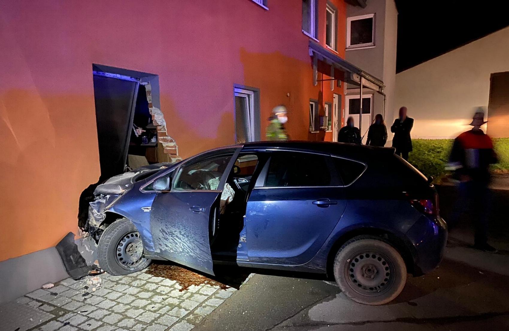Uttenhofen Pkw Hauswand Unfall