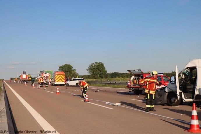 Unfall A8 Burgau-Zusmarshausen Transporter auf Lkw 02062020 16