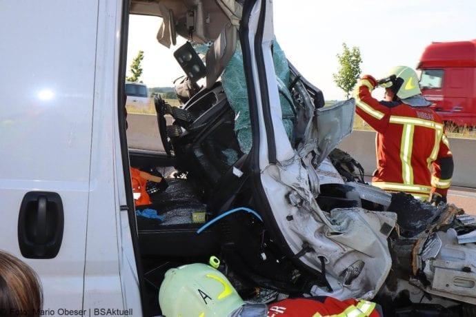 Unfall A8 Burgau-Zusmarshausen Transporter auf Lkw 02062020 21