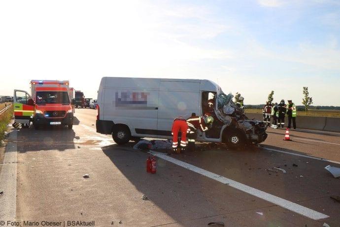Unfall A8 Burgau-Zusmarshausen Transporter auf Lkw 02062020 22