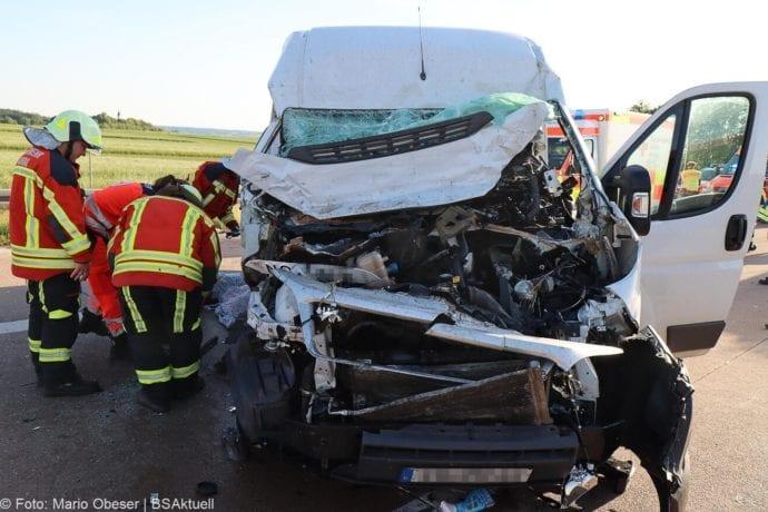 Unfall A8 Burgau-Zusmarshausen Transporter auf Lkw 02062020 24