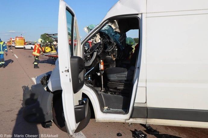 Unfall A8 Burgau-Zusmarshausen Transporter auf Lkw 02062020 27