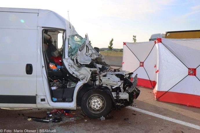 Unfall A8 Burgau-Zusmarshausen Transporter auf Lkw 02062020 3