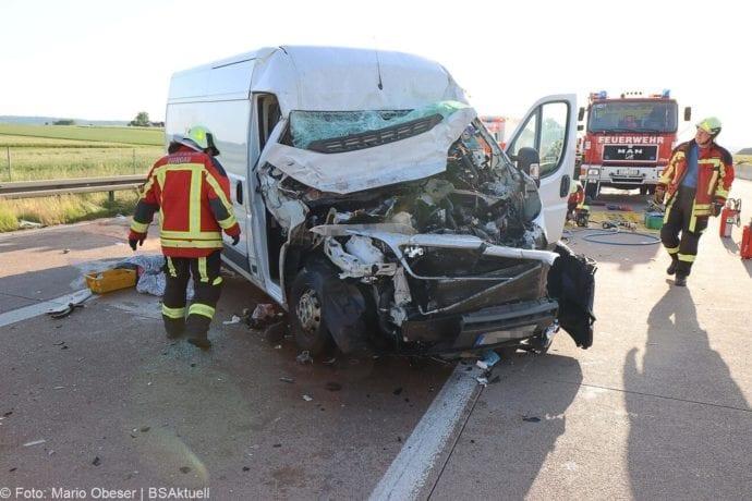Unfall A8 Burgau-Zusmarshausen Transporter auf Lkw 02062020 32