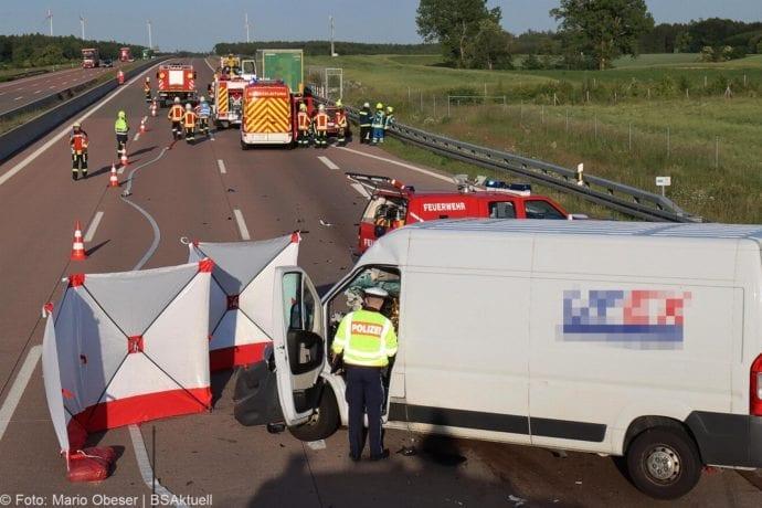 Unfall A8 Burgau-Zusmarshausen Transporter auf Lkw 02062020 8