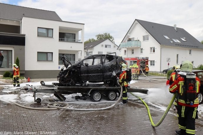 Burgau PKW-Brand auf Anhaenger 11072020 10