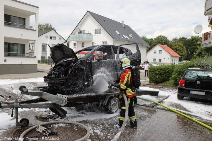 Burgau PKW-Brand auf Anhaenger 11072020 2