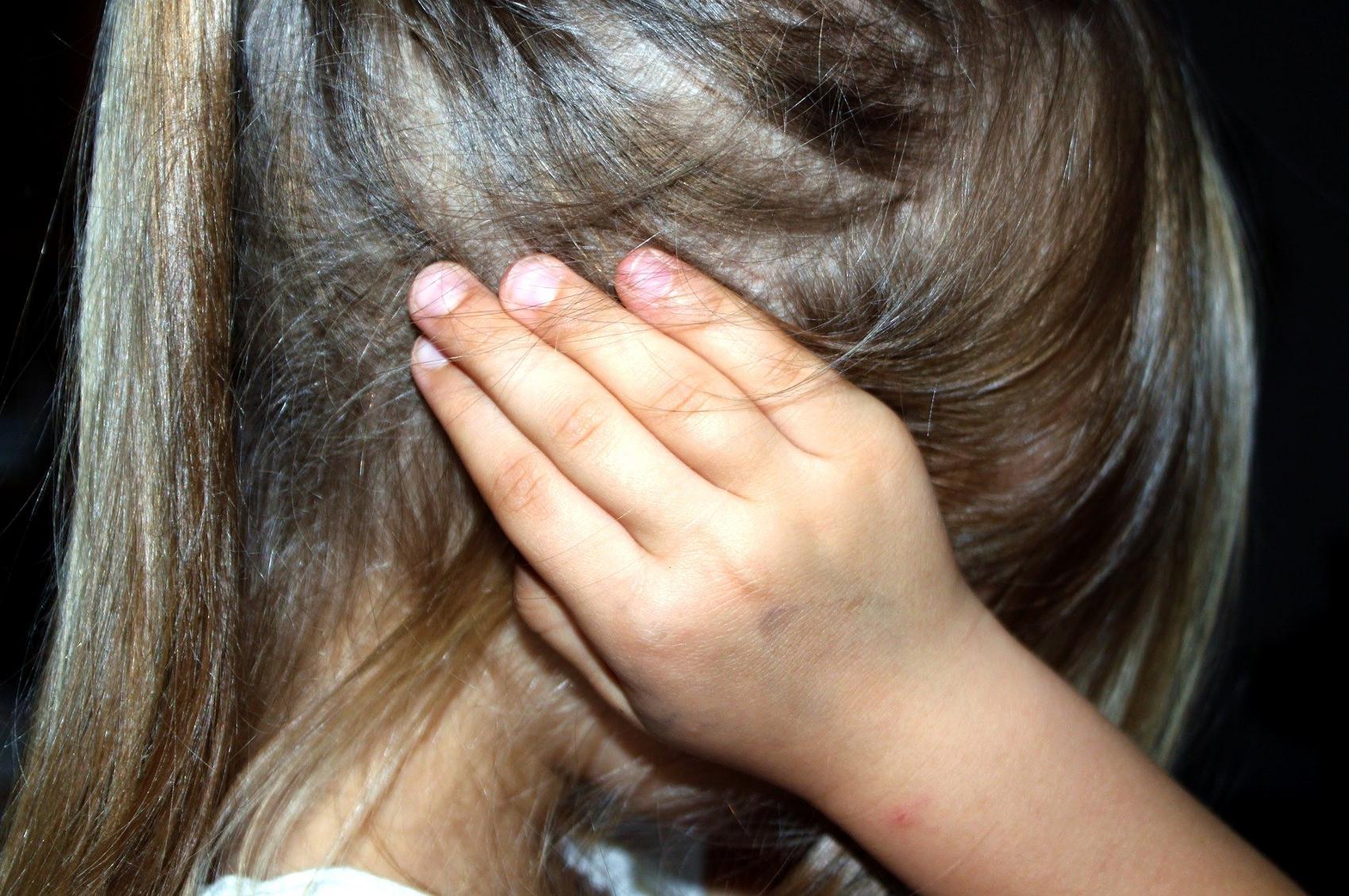 Kind Ohren Ohren zugehalten