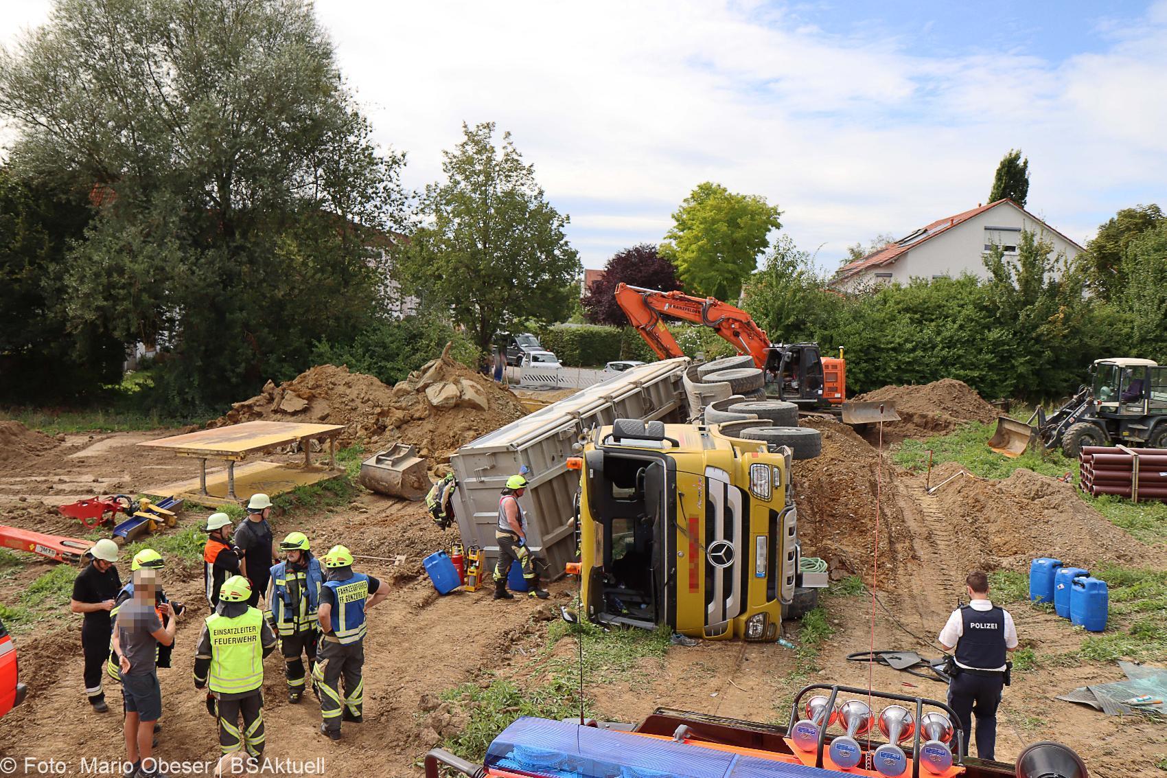 Unfall Baustelle Guenzburg Lkw gekippt 25082020 7