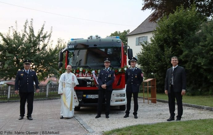 Fahrzeugweihe Feuerwehr Deubach – Gruppenbild mit Fahrzeug