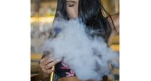 Frau raucht Shisha