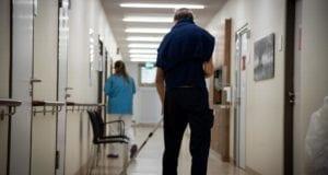 Reinigungskraft im Krankenhaus