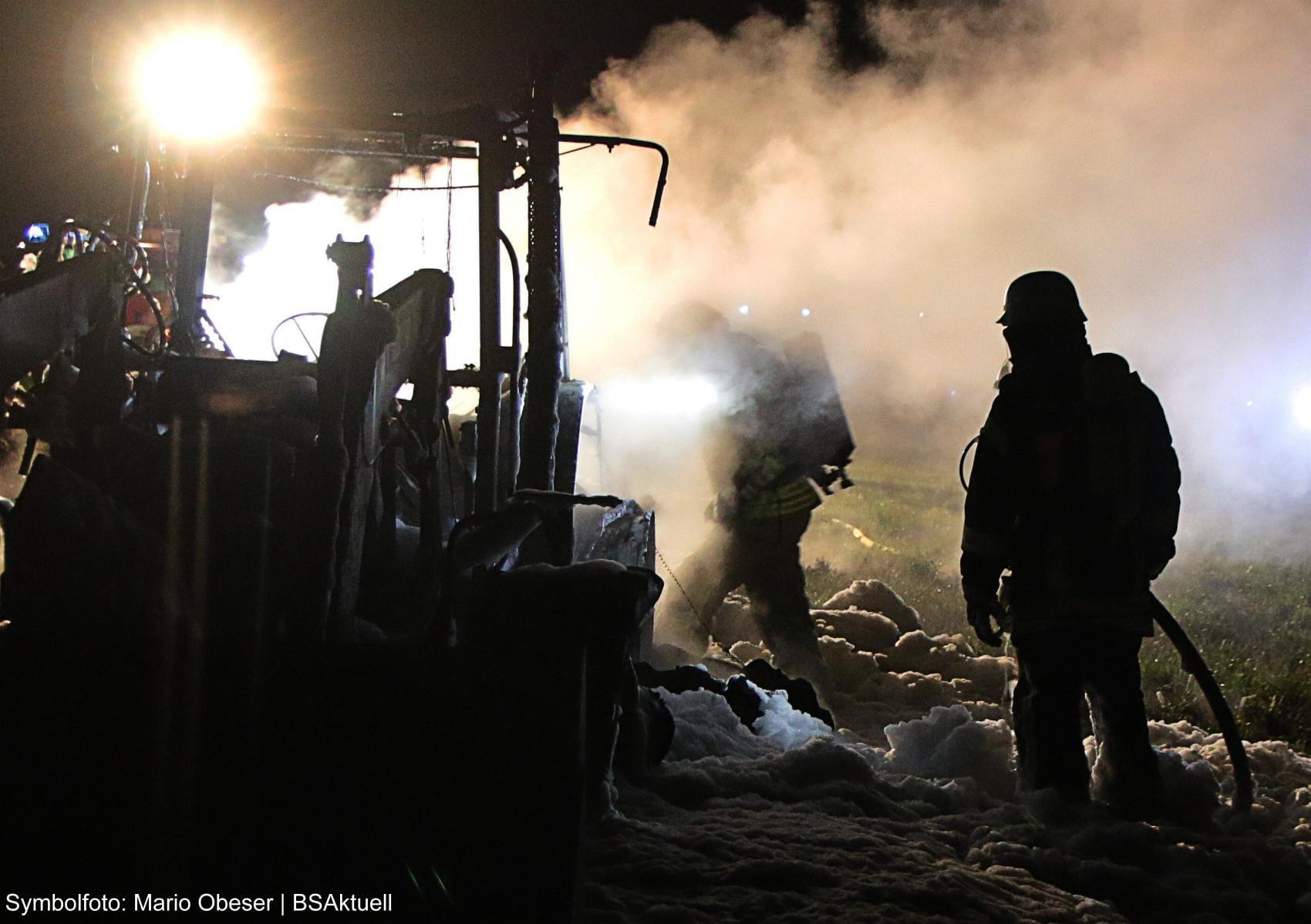 Brand Traktor Nacht Feuerwehr