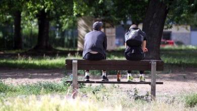 Jugendliche auf Parkbank dts