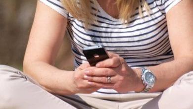 Smartphone-Nutzerin dts