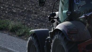 Bauer auf Traktor dts