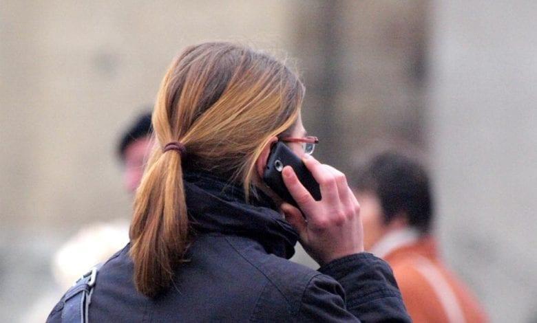 Frau mit Telefon dts
