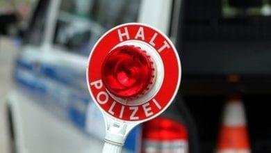 Halt-Stopp-Schild der Polizei bei einer Verkehrskontrolle dts