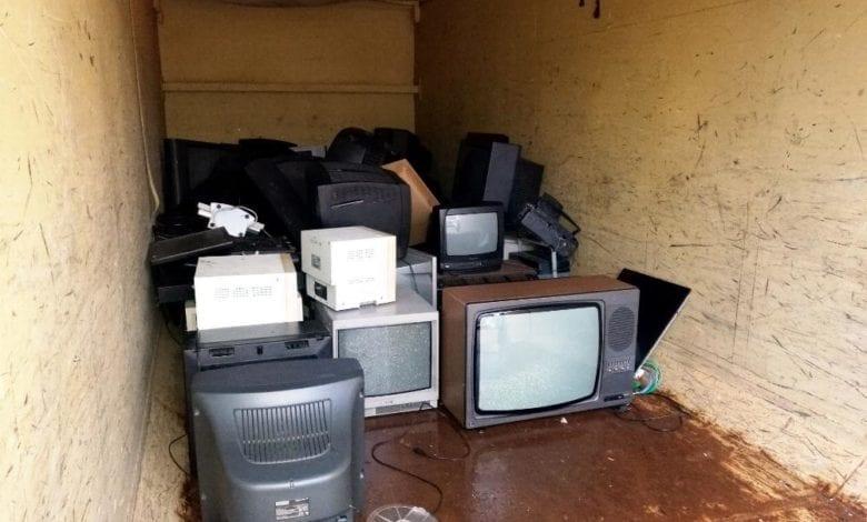 Kaputte Fernseher in einem Container dts