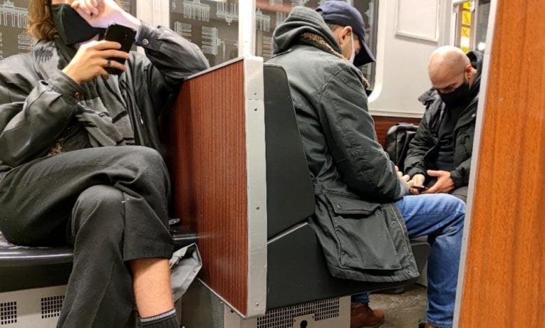 Maenner mit Maske in einer U-Bahn dts